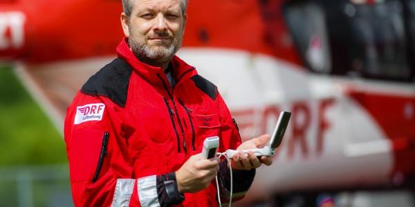 Dr. Marcus Rudolph mit einem mobilem Sonografiegerät