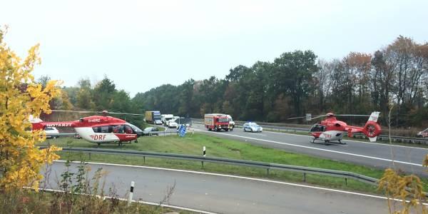 Die Hubschrauber der DRF Luftrettung aus Berlin und Angermünde am Unglücksort.