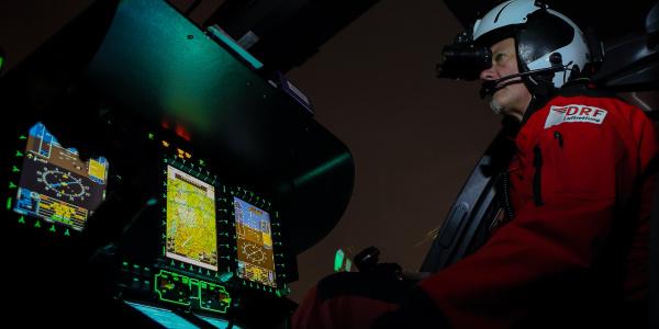 Nachtflug unter Einsatz von Nachtsichtbrillen (NVGs) sowie speziell dafür ausgerüsteten Hubschraubern. Quelle: DRF Luftrettung.