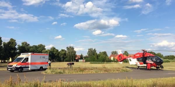 Die neue H 145 der Berliner Luftretter landet bei ihrem ersten Einsatz unweit der Unfallstelle.