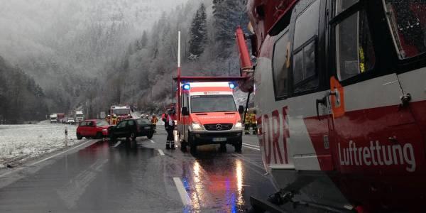 Hubschrauber der DRF Luftrettung bei Verkehrsunfall auf glatter Straße im Einsatz.