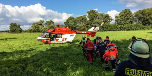 Der Patient wird auf einer Schaufeltrage zum Hubschrauber der DRF Luftrettung transportiert.