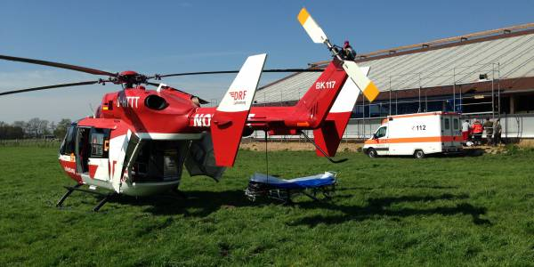 Nach einem schweren Sturz vom Dach eines Kuhstalls benötigt ein Mann die schnelle Hilfe der Bremer Luftretter. (Symbolbild)