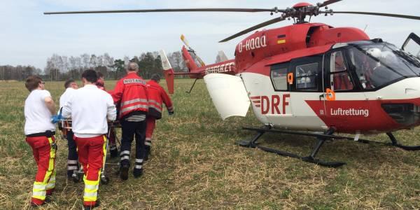 Gemeinsam mit den Kollegen des bodengebundenen Rettungsdienstes bringen die Bremer Luftretter den Patienten zum Hubschrauber.