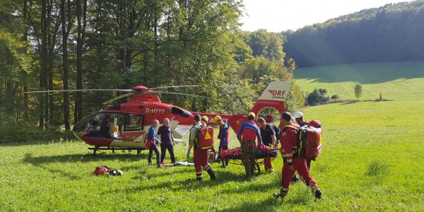 Mit vereinten Kräften wurde die verletzte Kletterin zum Hubschrauber der DRF Luftrettung gebracht. Foto: Bergwacht Amberg.