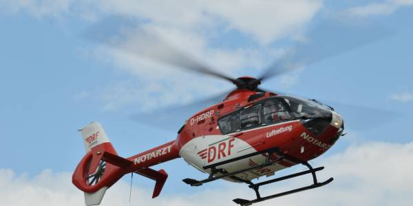 Rettungshubschrauber Christoph 49 im Flug zu einem Einsatz. (Foto: Lucas Stellfeld)