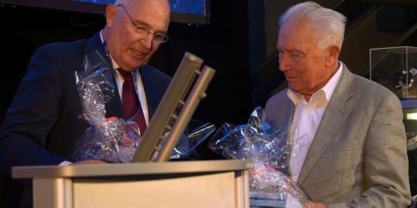 """Dr. Peter Huber, Vorstand der DRF Luftrettung, übergibt die Urkunde an Dr. Sigmund Jähn. Foto: neinerlei - Dt. Raumfahrtausstellung 2018"""""""