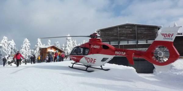 Der Nordhäuser Hubschrauber landet direkt an der Einsatzstelle inmitten einer Skipiste.