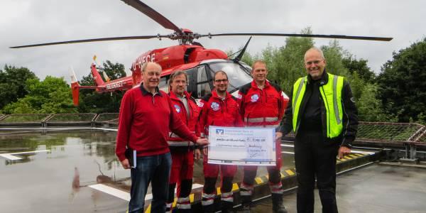 Die diensthabende Besatzung der Rendsburger Station der DRF Luftrettung nimmt die großzügige Spende des Fahrlehrerverbandes entgegen.