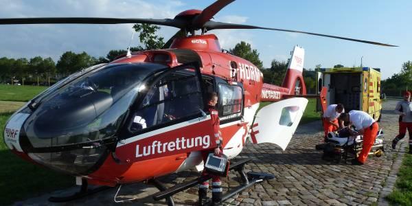 Rettungshubschrauber Christoph 38 der DRF Luftrettung bei Fahrradunfall im Einsatz.