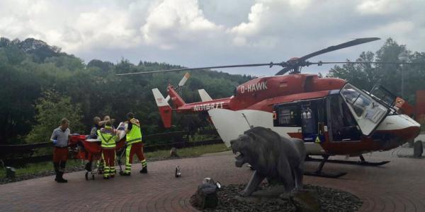 Der Pilot von Christoph Dortmund landet im Auffahrtsbereich einer Seniorenresidenz.