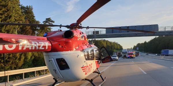 Das Team der DRF Luftrettung trifft nach wenigen Minuten an der Unfallstelle ein.
