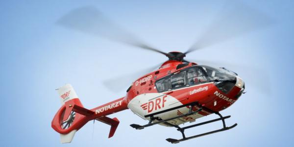 Ein Hubschrauber der DRF Luftrettung des Typs EC 135 im Flug.