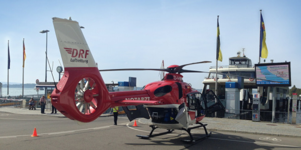 Pilot Günther Eigenbrodt landet die Maschine direkt am Meersburger Fährhafen.