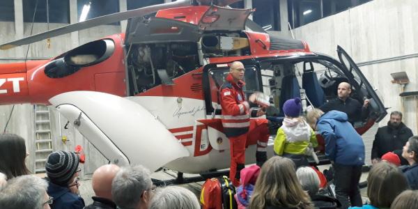 Mehrere Besucher besichtigen einen Rettungshubschrauber der DRF Luftrettung.