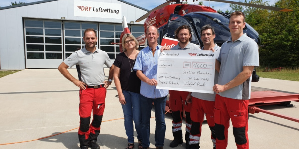 Die Crew von Christoph München freut sich über den Besuch und die Spende von Martina und Rudi Scheck.