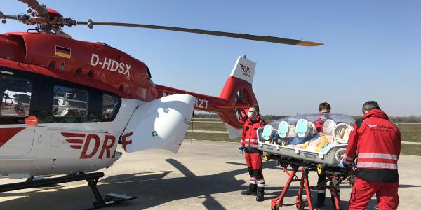 """Die innovativen """"EpiShuttles"""" erlauben es, den Patienten wie in einer Isolierstation zu transportieren (Quelle: DRF Luftrettung)."""