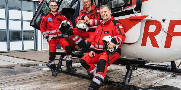 """Das Leitungsteam von """"Christoph 41"""" (v.l.): Pilot Rouven Glaser, Stationsleiter und Notfallsanitäter Dirk Gockeler und Notarzt Dr. med. Peter Cartes. (Quelle: DRF Luftrettung)"""