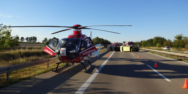 Landung auf der Autobahn: Christoph 36 war schnell zur Stelle, als bei einem Verkehrsunfall auf der A14 zwölf Menschen verletzt wurden.