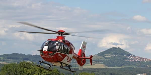 Nach einem Sturz aus 12 Metern Höhe benötigt eine Frau schnelle Hilfe des rot-weißen Rettungshubschraubers der DRF Luftrettung.