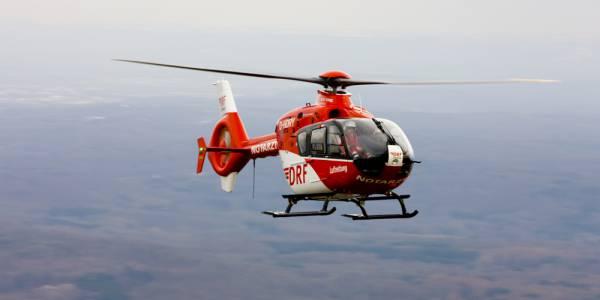 Während des Fluges zu einem Einsatz: der Rettungshubschrauber der DRF Luftrettung. (Symbolbild)