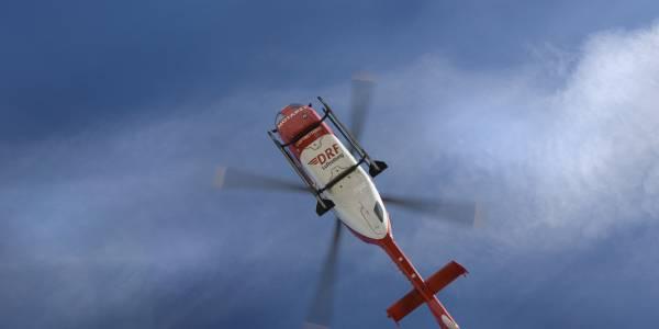Notarzt und Rettungsassistent von Christoph 46 versorgten den schwerverletzten Fahrer. Dann wurde dieser in eine Klinik geflogen.