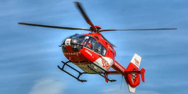 Die Suhler Luftretter versorgten die Patientin schon, während die Feuerwehr sie aus ihrem zerstörten Fahrzeug befreite. Dann wurde sie an Bord von Christoph 60 in eine Klinik geflogen.