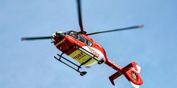 Seit 40 Jahren startet der rot-weiße Rettungshubschrauber con Karlsruhe aus, um Menschen in Not zu helfen.