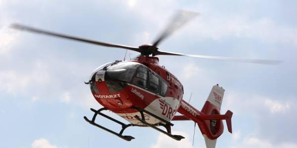 Die Friedrichshafener Besatzung der DRF Luftrettung auf dem Weg zu ihrer kleinen Patientin.