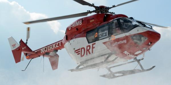 Wenige Minuten nach der Alarmierung der Rettungsleitstelle, ertönt bereits das Geräusch des Rettungshubschraubers der DRF Luftrettung über dem Einsatzort.