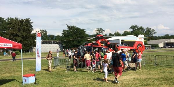 Einen Blick ins Innere eines Hubschraubers der DRF Luftrettung konnten Besucher im Rahmen des Flugplatzfests Freiburg werfen.