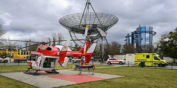 An Bord von Christoph 54 wird der schwer verletzte Baggerfahrer in die Universitätsklinik Freiburg geflogen.