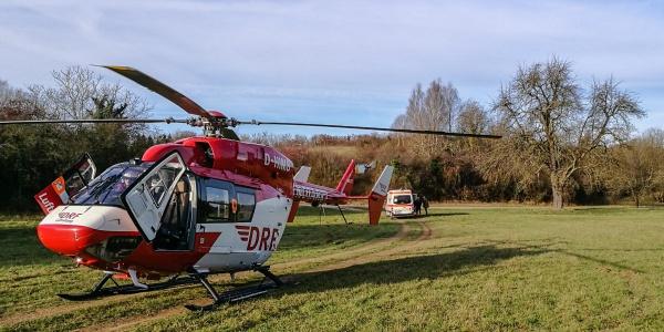 Unweit der Unfallstelle landet der Pilot der DRF Luftrettung den rot-weißen Rettungshubschrauber.