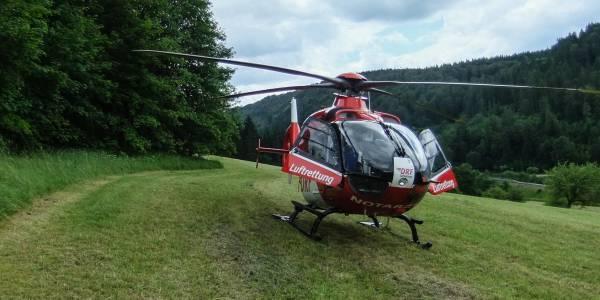 Pilot Günter Eigenbrodt landet den Hubschrauber unterhalb der Serpentinen im Tal.