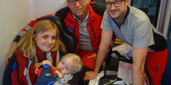 Da konnten sie nach dem Schrecken schon wieder lächeln: Mutter, kleiner Patient und Luftretter.