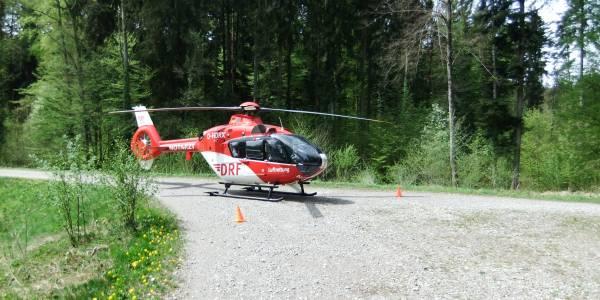 Beim Ausreiten wurde eine junge Reiterin von ihrem Pferd getroffen. Die Friedrichshafener Luftretter waren schnell vor Ort.