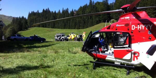 Christoph 45 übernimmt den Verletzten von den österreichischen Kollegen. Foto: Dr. Anton Ganthaler