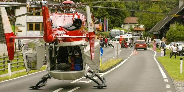 Kaum hat Pilot Jürgen Würtz den Rettungshubschrauber gelandet, eilen Notarzt und Rettungsassistent zu der verunglückten Motorradfahrerin.