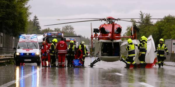 Einsatz in heftigen Regenschauern: Die Flugretter des Fresacher Notarzthubschraubers nach dem Unfall auf der A 2 zwischen Villach und Klagenfurt.