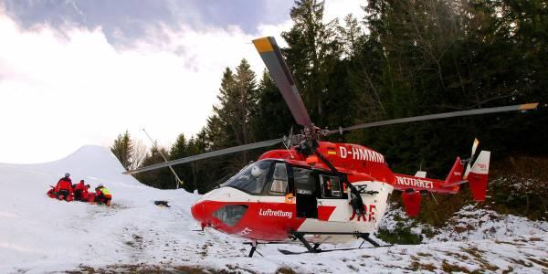 Einsatz auf der Piste: Das Team von RK-1 der ARA Flugrettung versorgt den verletzten Skifahrer