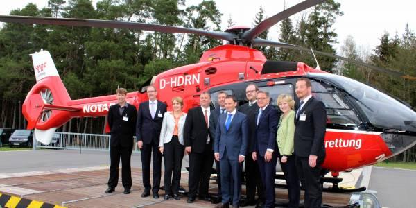 (v.l.n.r.): Jochen Huber (Stationsleiter Weiden), Alfred Rast (Geschäftsleiter ZRF Nordoberpfalz), Annette Karl (MdL), Matthias Wenig (Bereichsleiter der ARGE der Krankenkassen Bayern), Steffen Lutz (Vorstand DRF Luftrettung), Jens Meyer (Erster Bürgermeister Stadt Weiden), Andreas Meier (Landrat und Verbandsvorsitzender ZRF Nordoberpfalz), Reiner Meier (MdB), Petra Dettenhöfer (MdL), Uli Grö