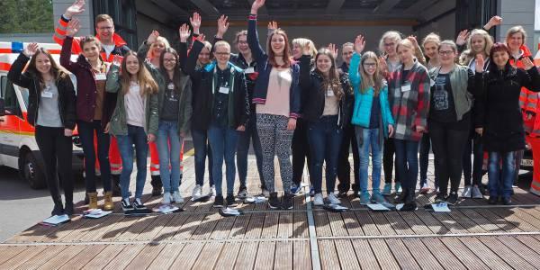 16 Mädchen lernten am Girls'Day an der Station der DRF Luftrettung in Weiden mehr über den Arbeitsalltag im Rettungsdienst. (Foto: Jürgen Meyer)