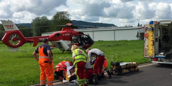 Ein schweres Schädel-Hirn-Trauma erlitt ein Radfahrer, als er mit einem Auto zusammen stieß.