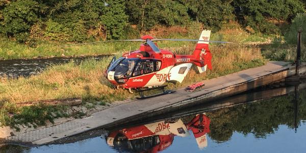 Für die bodengebundenen Rettungskräfte unerreichbar, aus der Luft schnell versorgt: Ein schwer verletzter Mann auf einer Insel in der Werra.