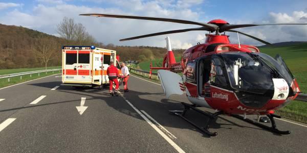 Für den Transport in eine Spezialklinik wird die schwer verletzte Frau in den Rettungshubschrauber der DRF Luftrettung gebracht.