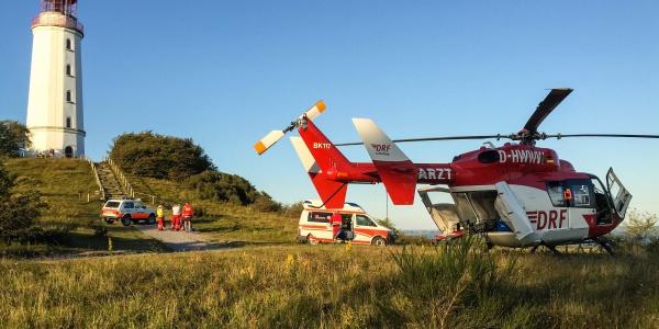 Direkt neben dem Unglücksstelle kann Pilot Bernd Rosenberger den Hubschrauber sicher landen.