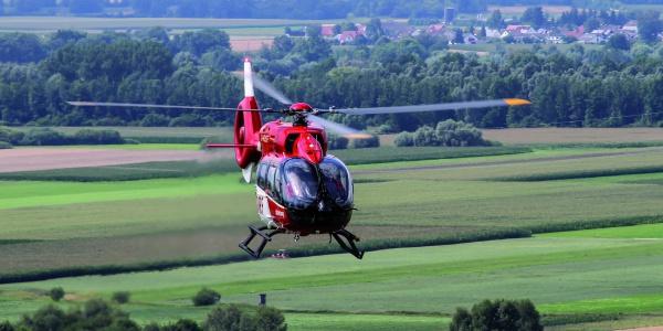 Schnelle Hilfe aus der Luft benötigte ein Autofahrer, nachdem er mit einem Baum kollidiert war. Symbolbild.