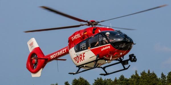 Nur eine Bodenwelle, jedoch mit gravierenden Konsequenzen. Die verletzte Pilotin wurde an Bord von Christoph 11 in eine Spezialklinik geflogen. Symbolbild.