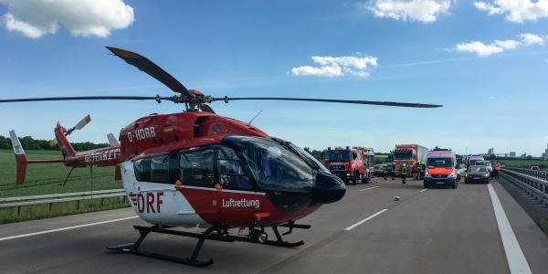 Da es galt, zwei Schwerverletzte so schnell und schonend wie möglich in Traumazentren zu transportieren, wurden beide an der Station Halle stationierten Hubschrauber der DRF Luftrettung alarmiert.