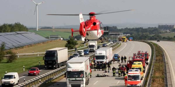 Rettungshubschrauber der DRF Luftrettung bei einem Verkehrsunfall im Einsatz